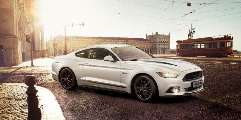 Biały Ford Mustang