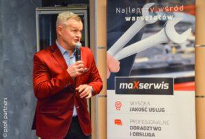 Irek Bieleninik jako prowadzący spotkanie właścicieli warsztatów sieci MaXserwis